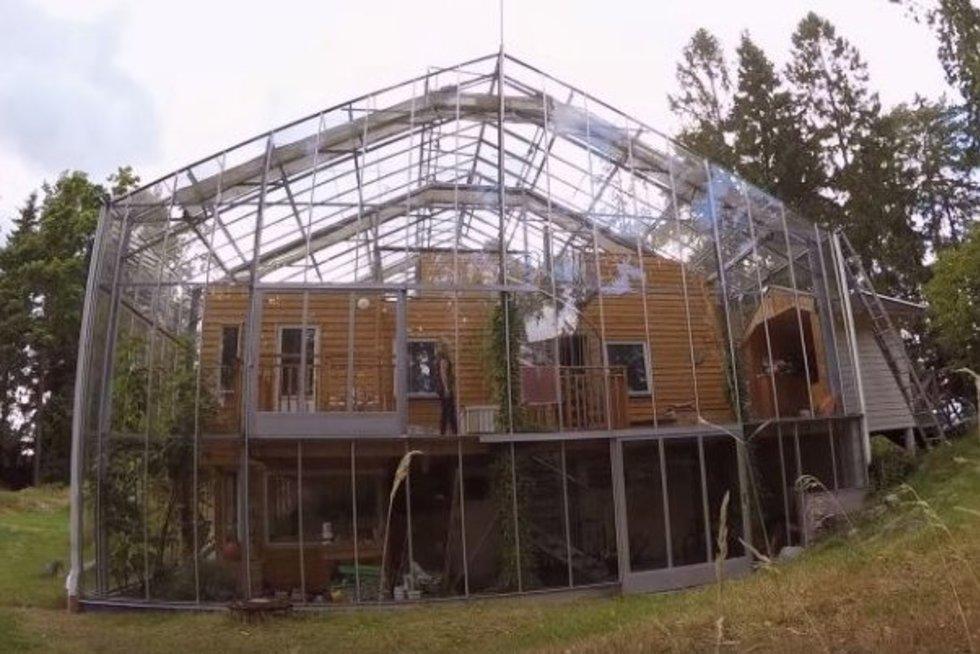 Švedų pora namus įsirengė šiltnamyje – labiausiai stebina dydis