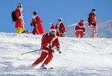 Kilnus tikslas privertė būrį Kalėdų senelių leistis su slidėmis nuo stataus kalno