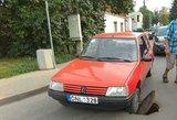 Dar vieni spąstai: šį kartą automobilio ratas įstrigo šulinyje