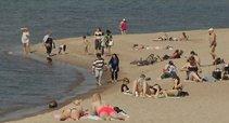 Šalies paplūdimius užplūdo pirmieji saulės mėgėjai (nuotr. stop kadras)