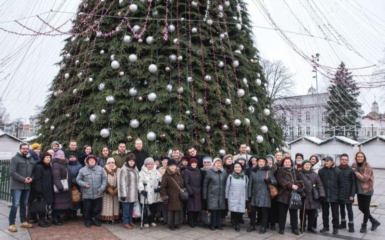 Maltiečių atvežti Senjorai prie Kalėdinės eglutės Vilniaus Katedros aikštėje