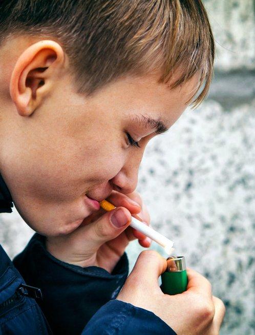 Vaikas rūko (nuotr. Fotolia.com)