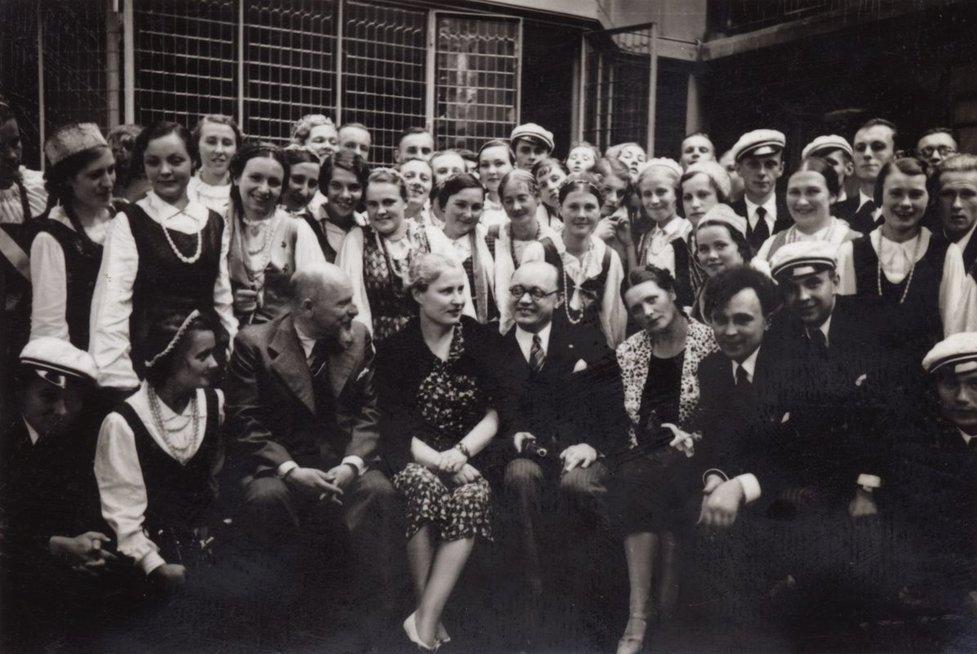 """Kauno Vytauto Didžiojo universiteto choro viešnagė pasaulinėje parodoje """"Menas ir technika šiuolaikiniame gyvenime"""". Iš kairės: sėdi ketvirta Bronislava Klimienė, Petras Klimas, choreografė Birutė Vokietaitytė, choro vadovas Konradas Kaveckas. Paryžius, 1937, LCVA"""