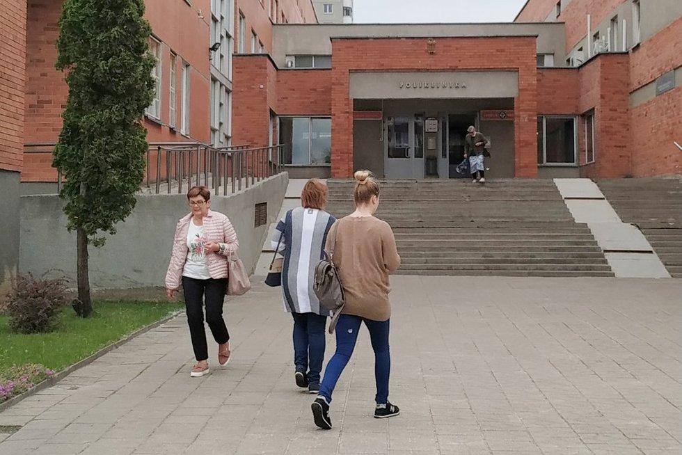 Panevėžio miesto poliklinika nepritaikyta turintiems judėjimo negalią. (Dovilės Zuozaitės nuotr.)