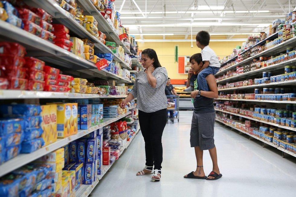 """Amerikiečiai """"Walmart"""" parduotuvėje (nuotr. SCANPIX)"""
