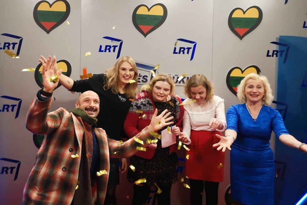 """Nacionalinės """"Eurovizijos"""" atrankos finalo metu Ernesta Mikėnaitė (antroji iš kairės) ir Edita Daugėlaitė (antroji iš dešinės) nusifotografavo su muzikantu Jurgiu Didžiuliu ir Neįgaliųjų reikalų departamento direktore Asta Kandratavičiene. (nuotr. asm. archyvo)"""