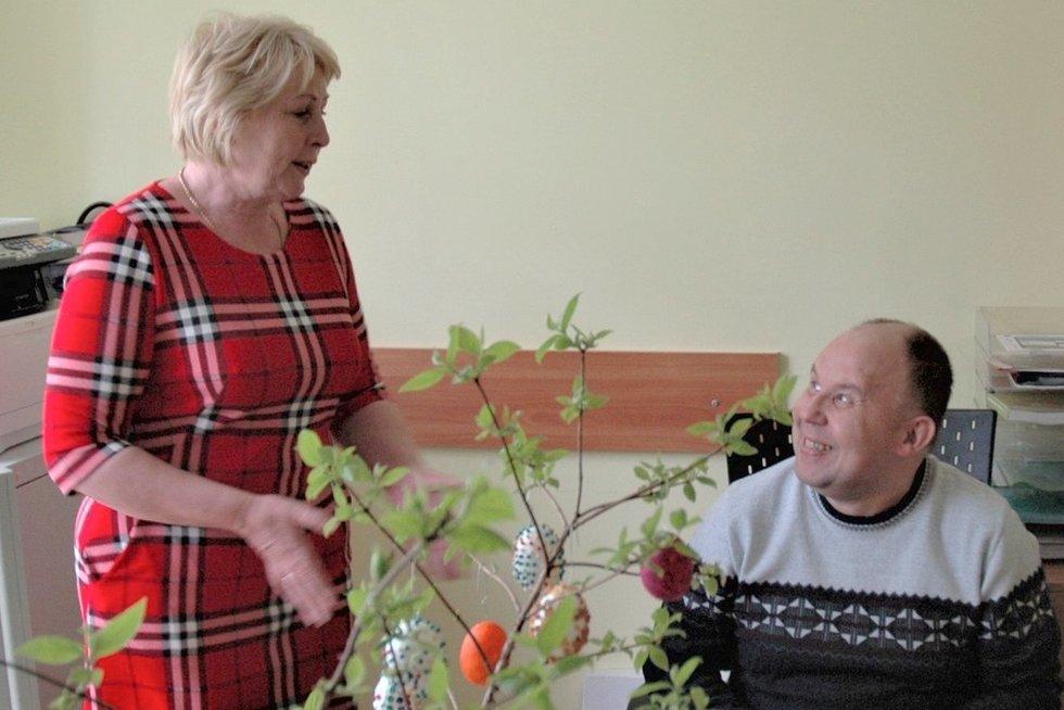 Marija Kazbarienė džiaugiasi Viktoro sukurtais darbais. (Linos Jakubauskienės nuotr.)