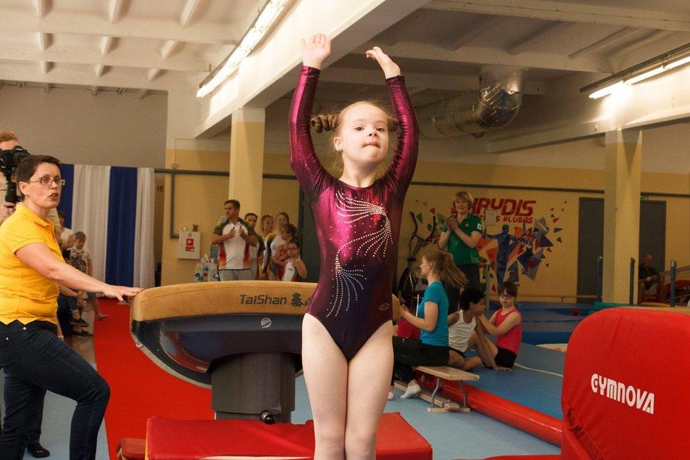 """Vilniaus sportinės gimnastikos klubas """"Skrydis"""" organizavo parodomąsias varžybas, kuriose pirmą kartą dalyvavo specialiųjų poreikių turintys jaunieji gimnastai. (Žmonių su Dauno sindromu ir jų globėjų asociacijos archyvo nuotr.)"""