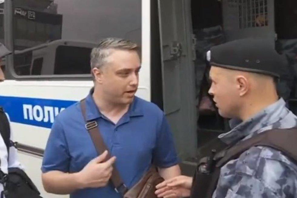 Juokas pro ašaras: rusų policininkas pasimetė, išvydęs amerikietį (nuotr. YouTube)