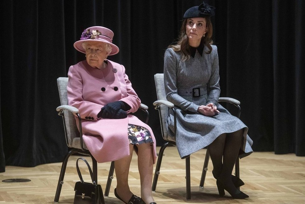 Kate Middleton ir karalienė (nuotr. SCANPIX)