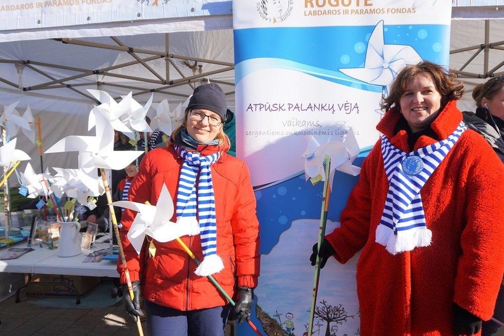 Palankaus vėjo malūnėlių akcijos savanorės Rasa Braškytė (kairėje) ir Asta Križanauskienė. (Aldonos Milieškienės nuotr.)