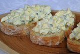 Kai kiaušinių lieka po Velykų: gardieji sumuštinukai su pikantiška mišraine