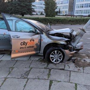 """Vilniuje į stulpą rėžėsi """"City Bee"""" automobilis"""