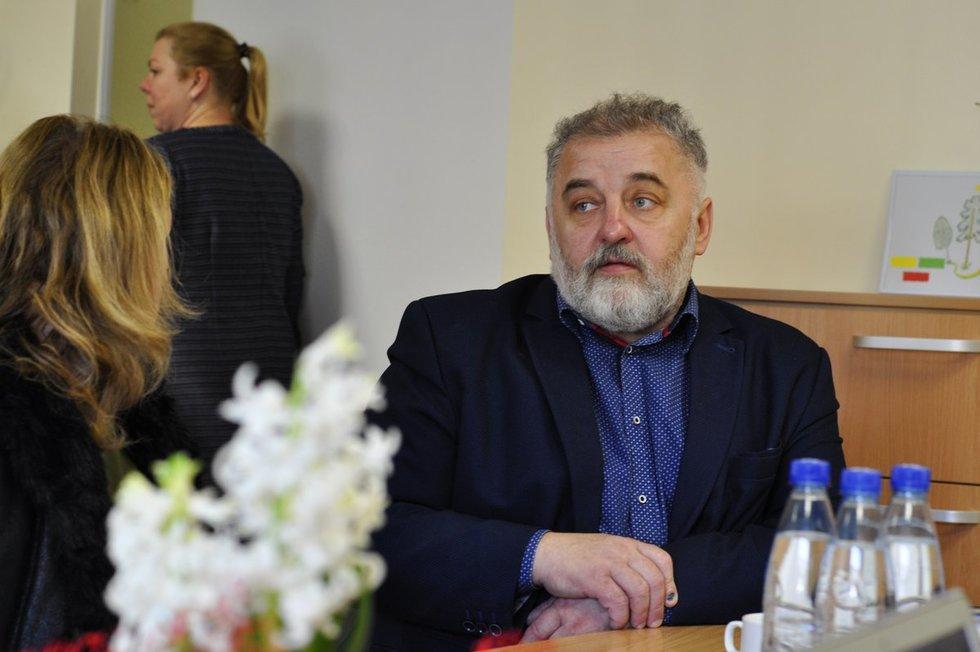 Jasiuliškių globos namų direktoriaus pavaduotojas Algirdas Gimžauskas sako, kad globos namuose gyvenantys žmonės ilgisi artimųjų. (Nijolės Zenkevičiūtės nuotr.)