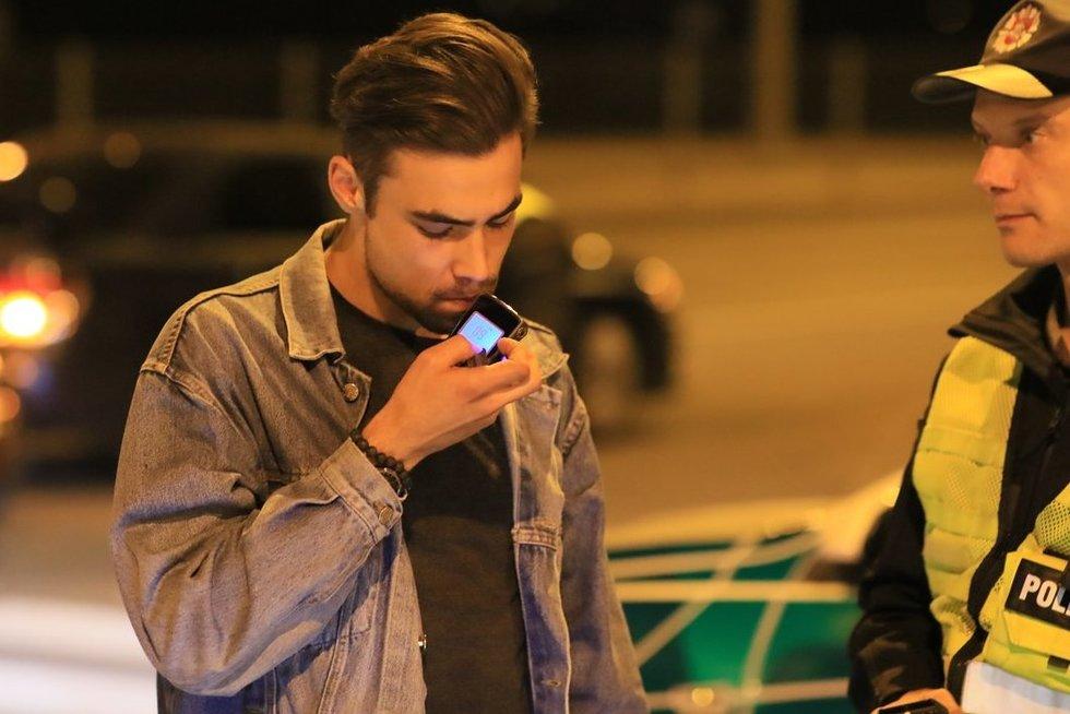 Kinišką alkoholio matuoklį įsigijęs vaikinas skaudžiai nusvilo (nuotr. Broniaus Jablonsko)