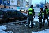 Vilniuje virš smegduobės pakibo lengvasis automobilis