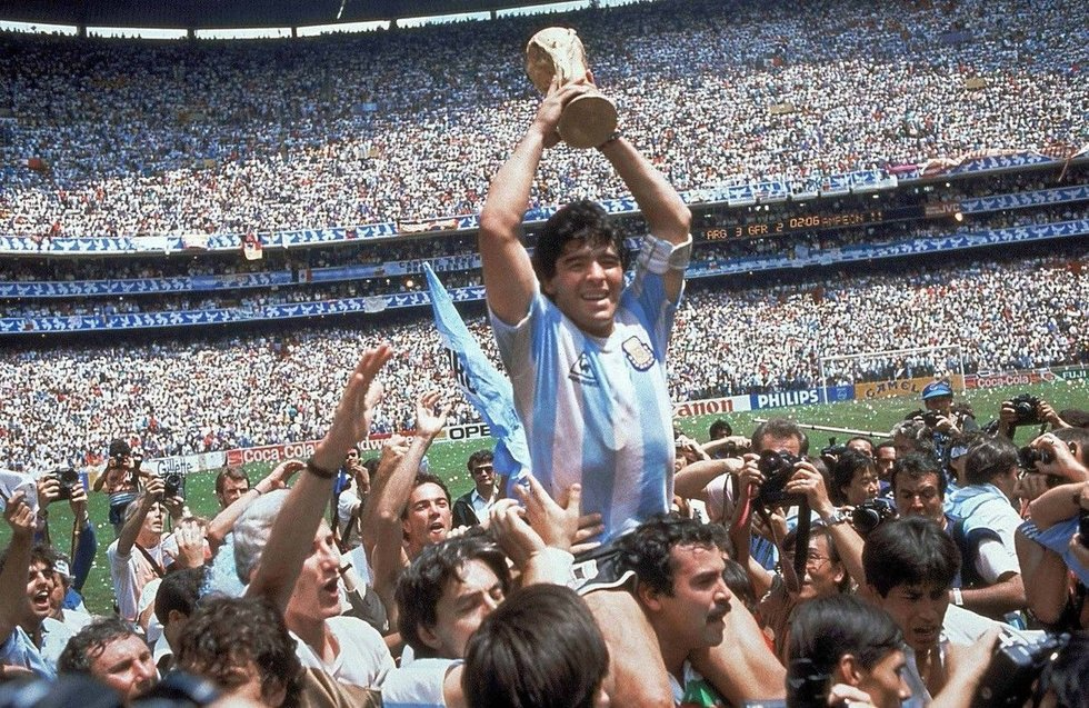 Diego Maradona džiaugiasi 1986 metų pasaulio futbolo čempionato taure (nuotr. SCANPIX)