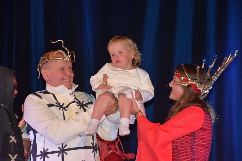 """Kada nors mažylis Mindaugas galės savimi didžiuotis – aktoriaus duonos paragavo būdamas  dvejų metų. Dešinėje – mažojo kunigaikščio mama """"Mimikos"""" aktorė Jovita Vasilevičienė. Kęstučio Gumbrio nuotr."""