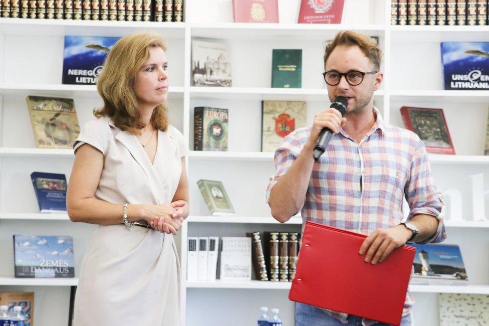 """Diskusijos """"Kaip kurti mokyklą visiems?""""  moderatorius Dominykas Vaitiekūnas ir LNF prezidentė Dovilė Juodkaitė.  (Sigitos Inčiūrienės nuotr.)"""
