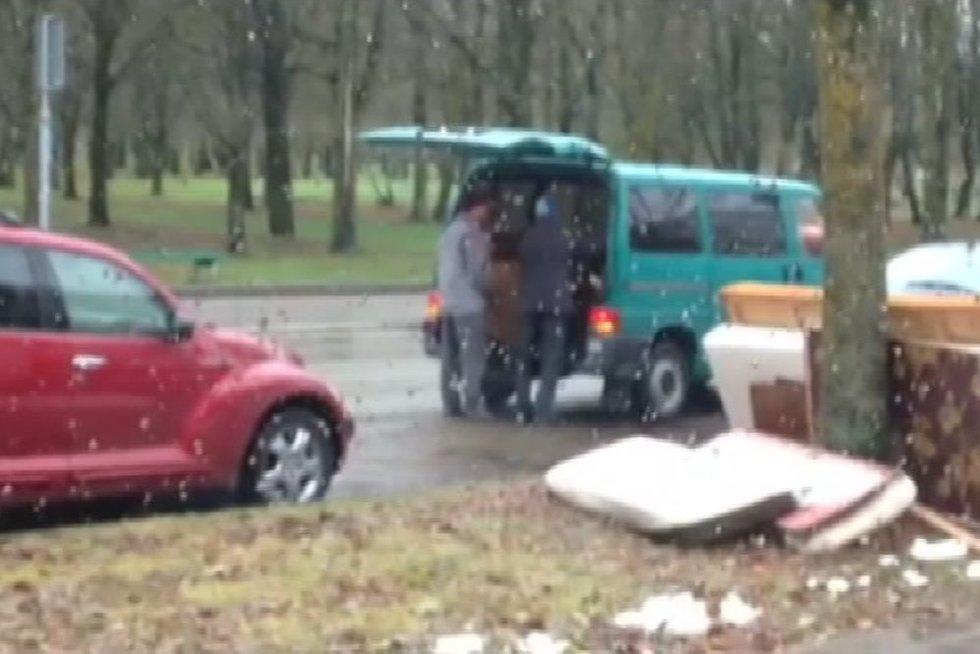 Pričiuptas atliekas išmetęs vyras (nuotr. TV3)
