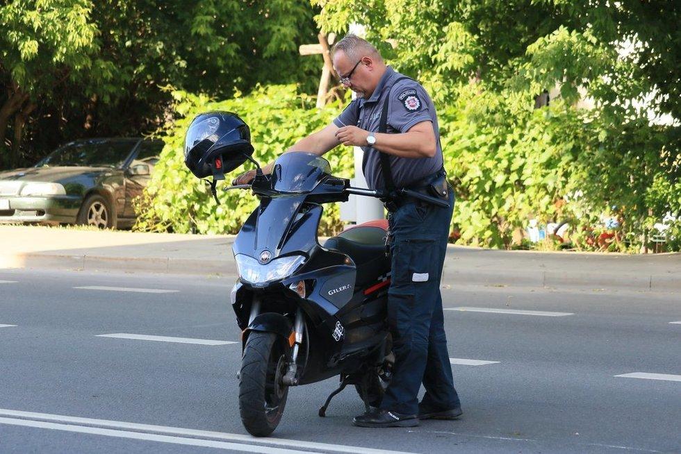 Švitrigailos gatvėje į avariją pakliuvo motorolerio vairuotoja (nuotr. Broniaus Jablonsko)