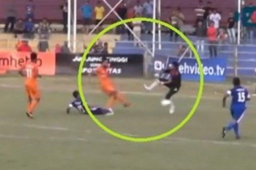 Indonezijoje po susidūrimo su vartininku mirė futbolininkas (nuotr. YouTube)