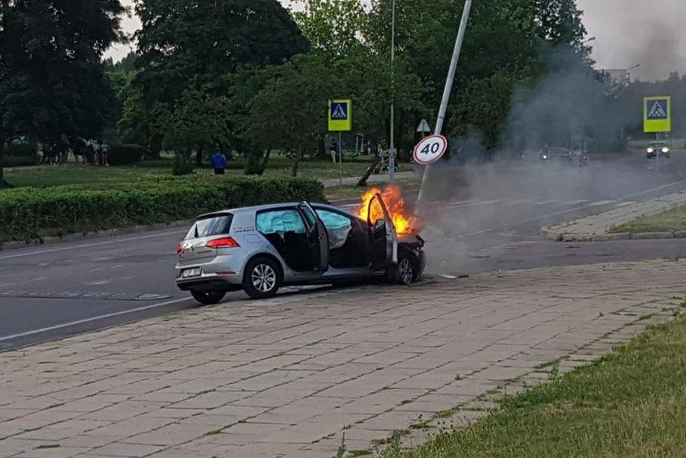 """Vilniuje """"City Bee"""" automobilis trenkėsi į stulpą ir užsiliepsnojo (nuotr. Reidas Vilniuje)"""