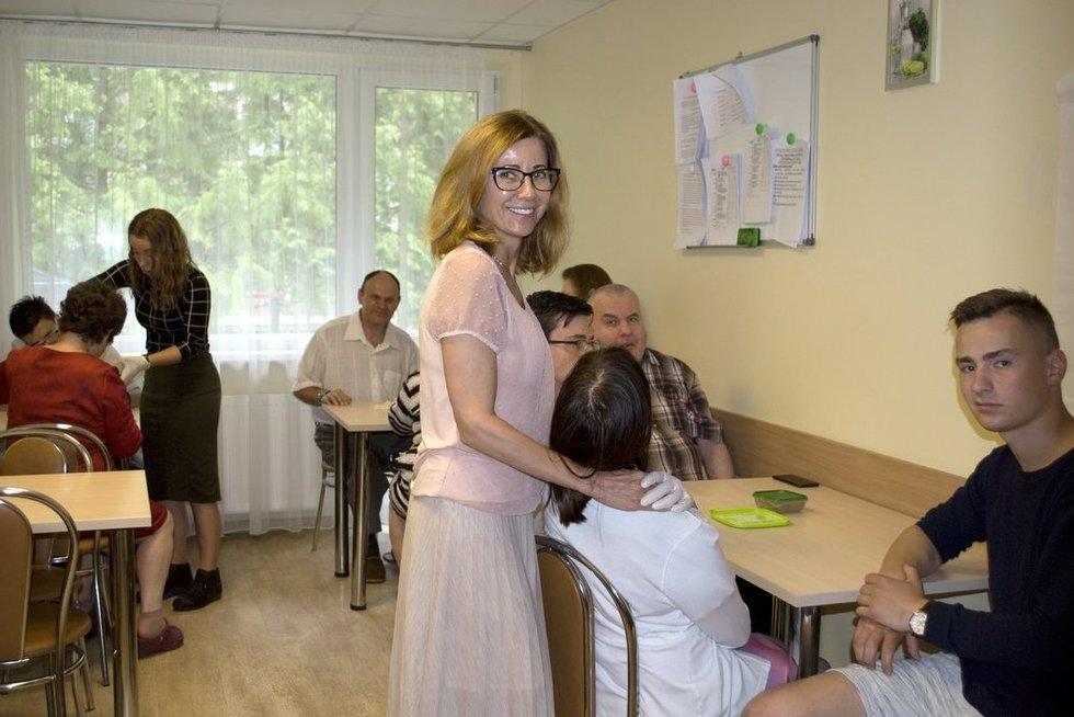 Valakampių socialinių paslaugų namų direktorė Viktorija Grežėnienė didžiuojasi savo darbuotojų komanda.  Nijolės Zenkevičiūtės nuotr.