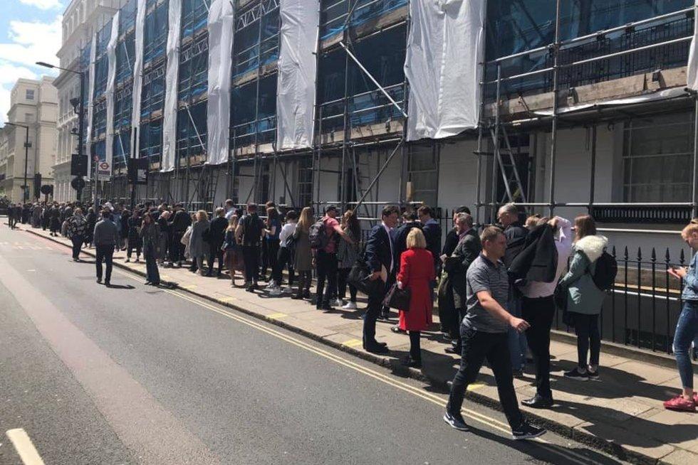 Lietuviai laukia eilėje (nuotr. facebook.com)