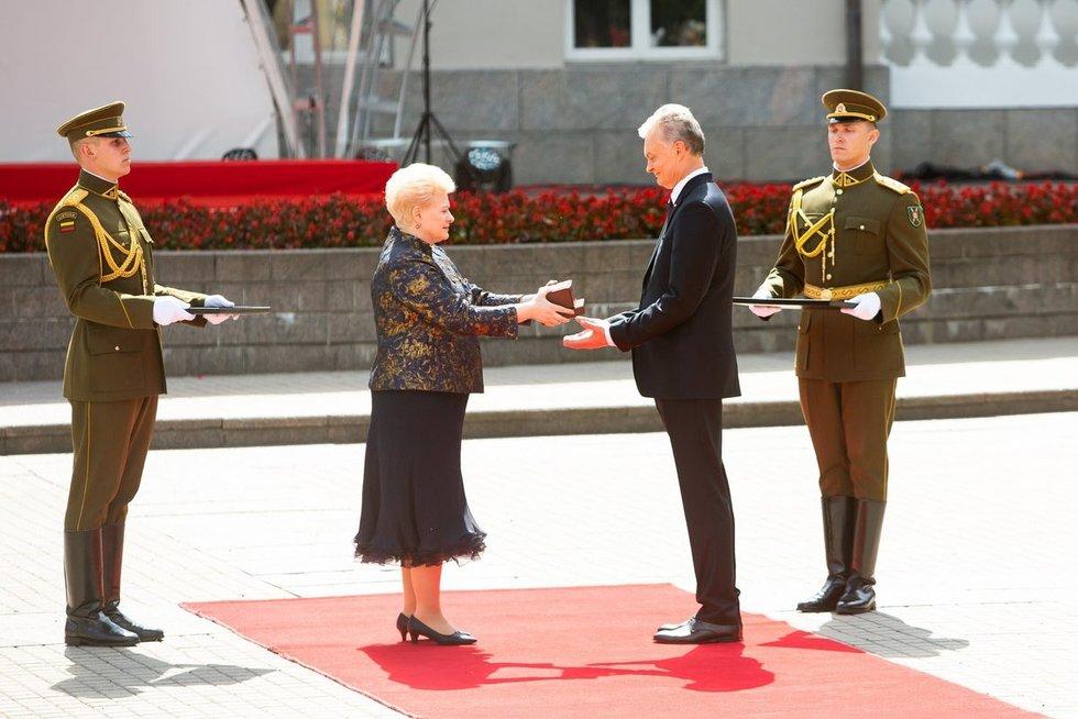 Dalia Grybauskaitė perduoda valstybės antspaudą Gitanui Nausėdai (Greta Skaraitienė/Fotobankas)