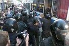 Smurtas prieš aktyvistę (nuotr. stop kadras)