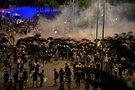Riaušės Honkonge: ašarinių dujų debesys privertė sprukti protestuotojus – daugiausiai kaukėtus jaunuolius. (nuotr. SCANPIX)