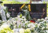 Karvelis atgulė Menininkų kalnelyje: kapą nuklojo baltų žiedų jūra