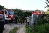 Gaisras Mažeikių rajone: pastatas dega atvira liepsna