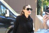Kojos tarsi pagaliukai: trumpa suknelė išdavė Angelinos Jolie stulbinantį lieknumą