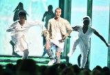 Justinas Bieberis vėl apsikvailino: nuvirto nuo scenos