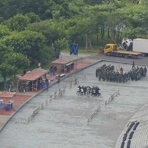 Pekinas mobilizuoja sukarintas policijos pajėgas: bijoma skerdynių, Vašingtonas siunčia įspėjimą