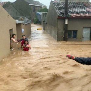 Kinijoje galingas taifūnas nesiliauja: smogęs su nauja jėga pasiglemžė dar daugiau aukų