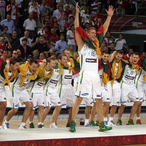 Istorinė Lietuvos krepšininkų pergalė: saldų kerštą serbams vainikavo pirmasis medalis