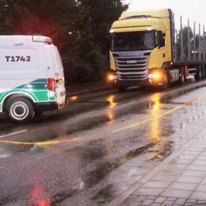 Mirtinai partrenkęs ir palikęs dviratininką sunkvežimio vairuotojas buvo sugautas: pateikė pasiteisinimą