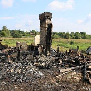 Prie sienos su Baltarusija sudegintas gyvenamasis namas: liko tik kaminai ir degėsiai