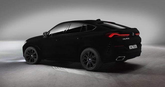 BMW pristatė pribloškiantį modelį: toks juodas, kad sugeria šviesą