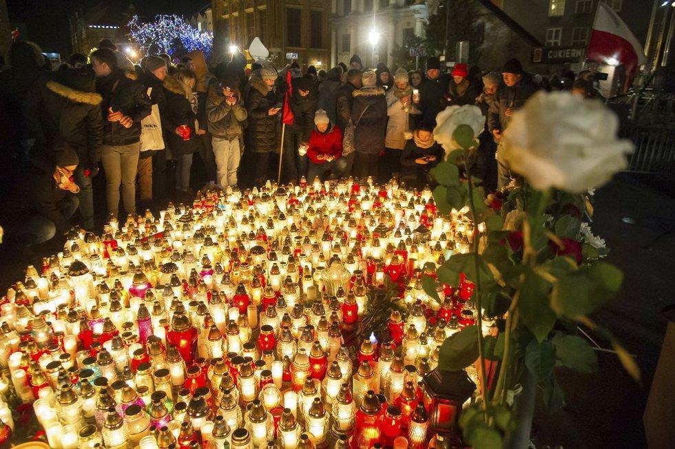 Tūkstančiai žmonių Lenkijoje išėjo į gatves gedėti (nuotr. SCANPIX)
