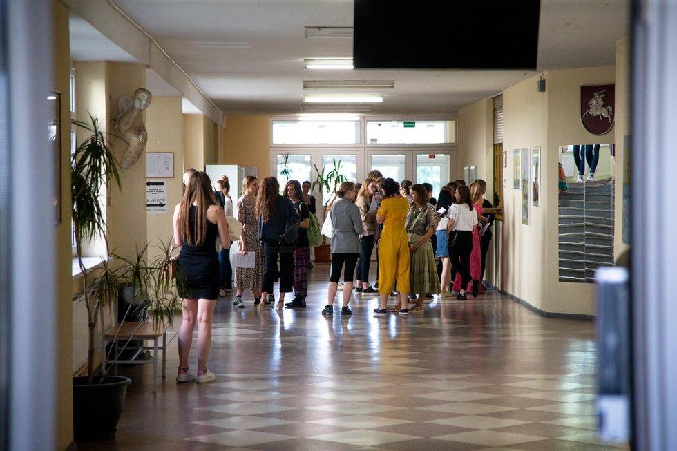 Abiturientai po valstybinio istorijos brandos egzamino (nuotr. Fotodiena/Justino Auškelio)