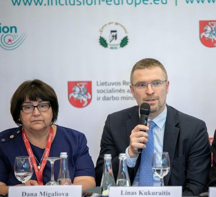"""Dana Migaliova ir socialinės apsaugos ir darbo ministras Linas Kukuraitis kalbėjo bendrijos """"Viltis"""" ir organizacijos """"Inclusion Europe"""" Vilniuje surengtoje konferencijoje. Bendrijos """"Viltis"""" archyvo nuotr."""
