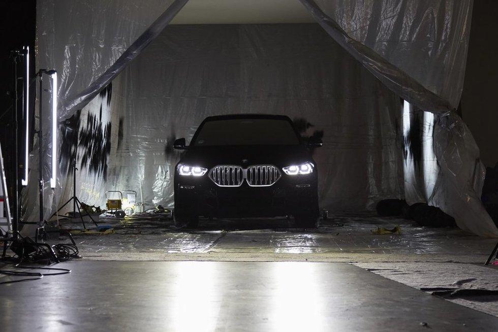 BMW pristatė pribloškiantį modelį: toks juodas, kad sugeria šviesą (nuotr. bmwgroup.com) (nuotr. Gamintojo)