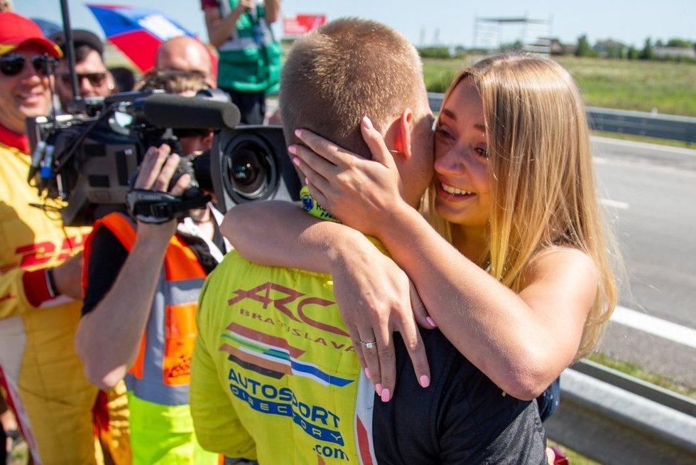 Sužadėtuvės Palangos lenktynėse – Konstantinas Calko pasipiršo mylimajai  (nuotr. fotodiena/Justino Auškelio)