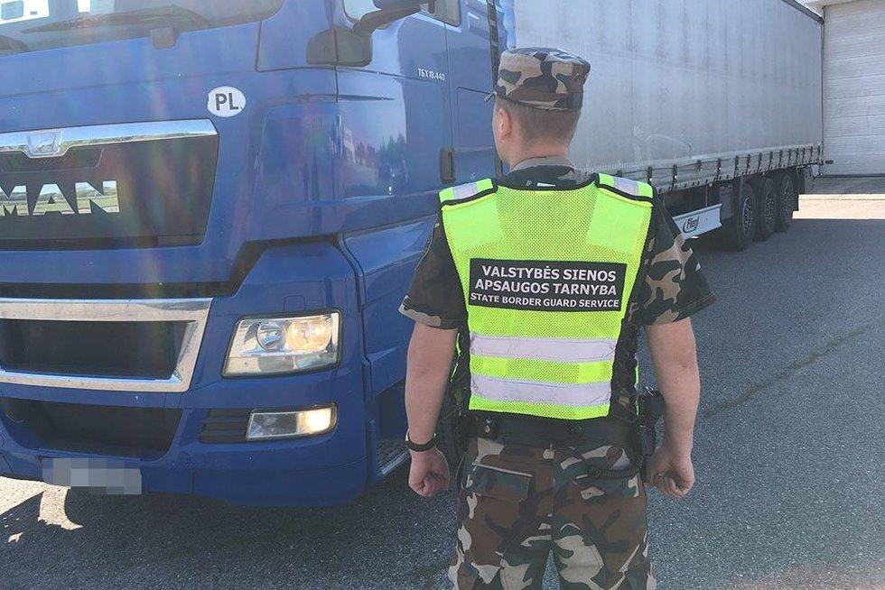 Milijoninės vertės krovinys: lenko vilkike rasta 400 tūkst. kontrabandinių cigarečių pakelių (nuotr. VSAT)