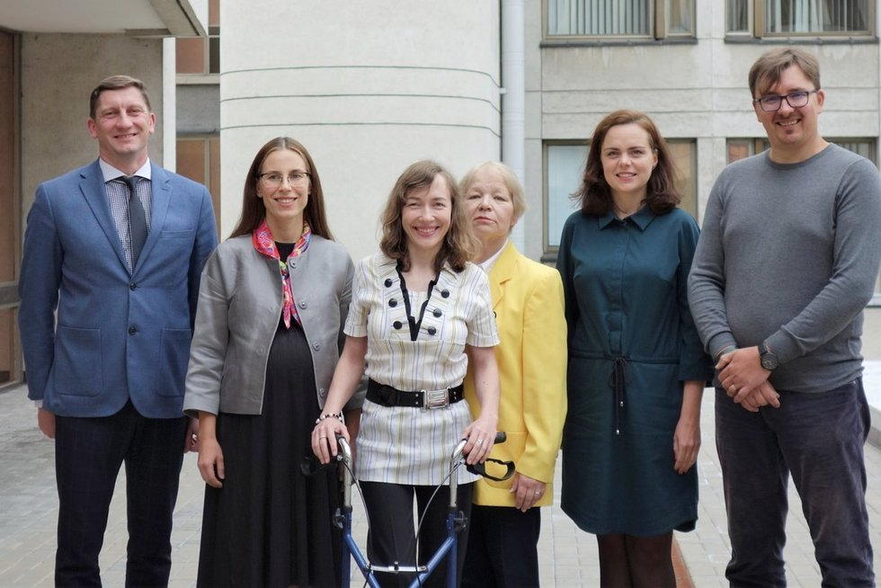 Žmonių su negalia teisių stebėsenos komisijos nariai (iš dešinės): Vytautas Pivoras, Audronė Daukšaitė-Timpė, Dalia Mikalauskaitė, Kristina Dūdonytė (pirmininkė) su Agneta Skardžiuviene ir posėdžio sekretoriumi Vyčiu Muliuoliu. Lygių galimybių kontrolieri