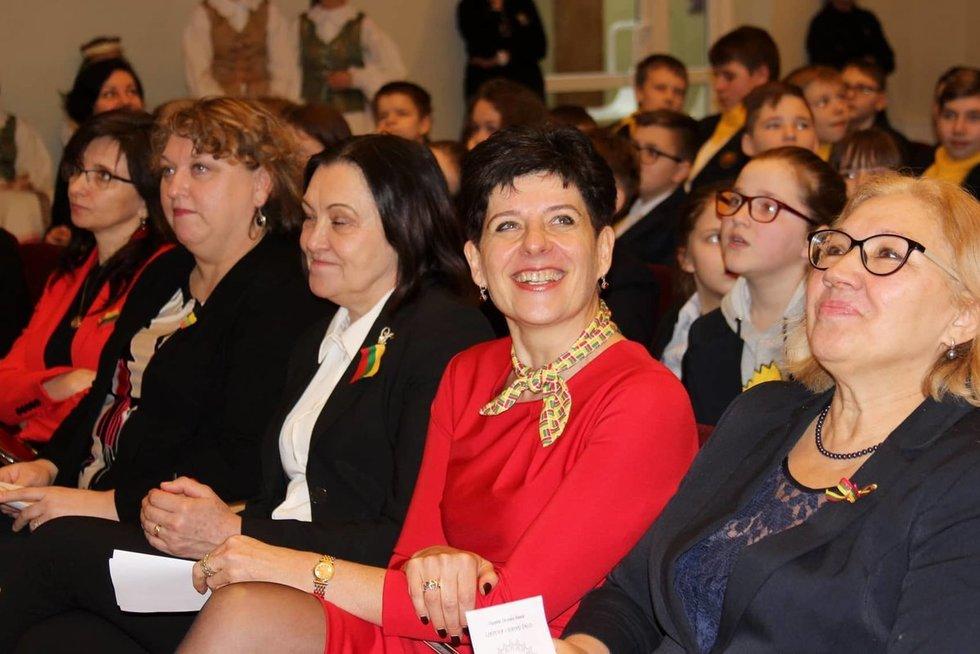 """Grigiškių """"Šviesos"""" gimnazijos direktorė Asta Turskienė (viduryje) nori, kad mokykloje gerai jaustųsi kiekvienas vaikas. Asmeninio archyvo nuotr."""